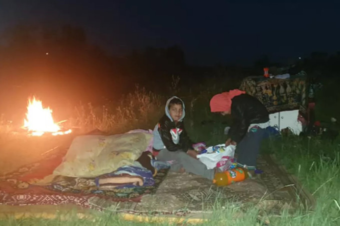 Patru copii dorm sub cerul liber