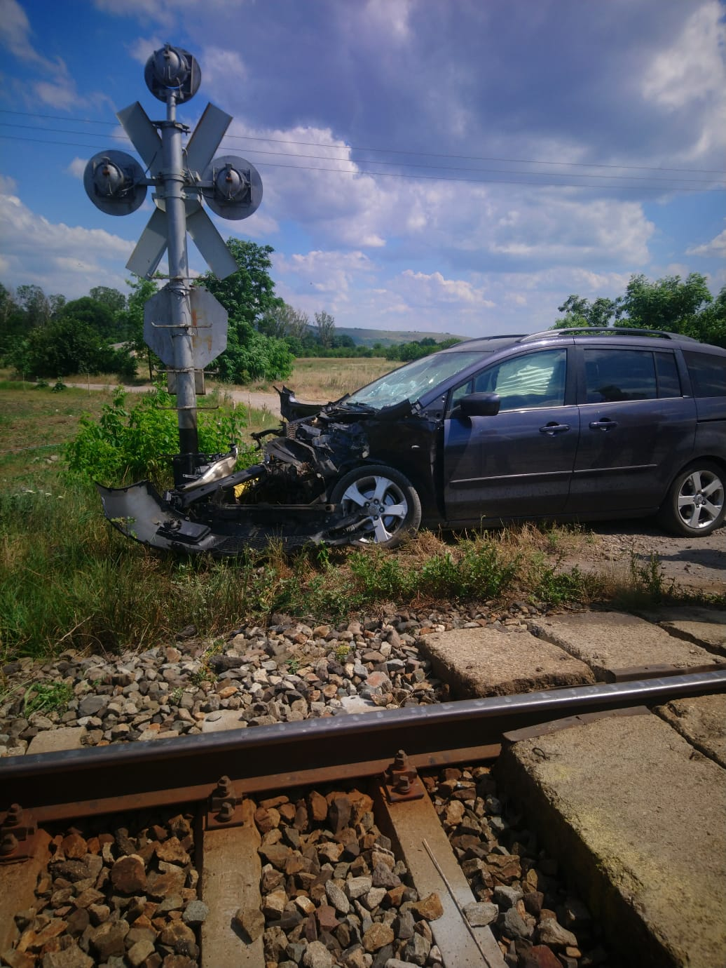 Un sofer de 69 de ani a fugit dupa ce masina sa a fost lovita de tren